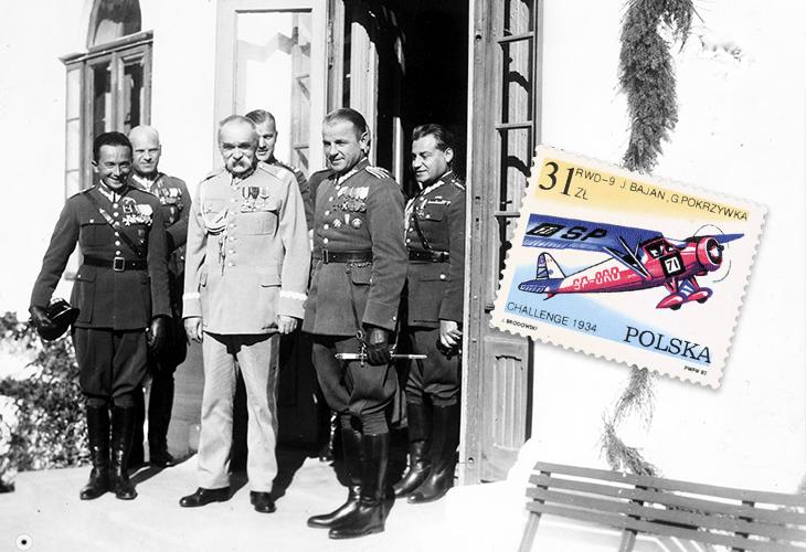 Józef Piłsudski w otoczeniu oficerów oraz znaczek upamiętniający Challenge 1934 z wizerunkiem samolotu RWD-9