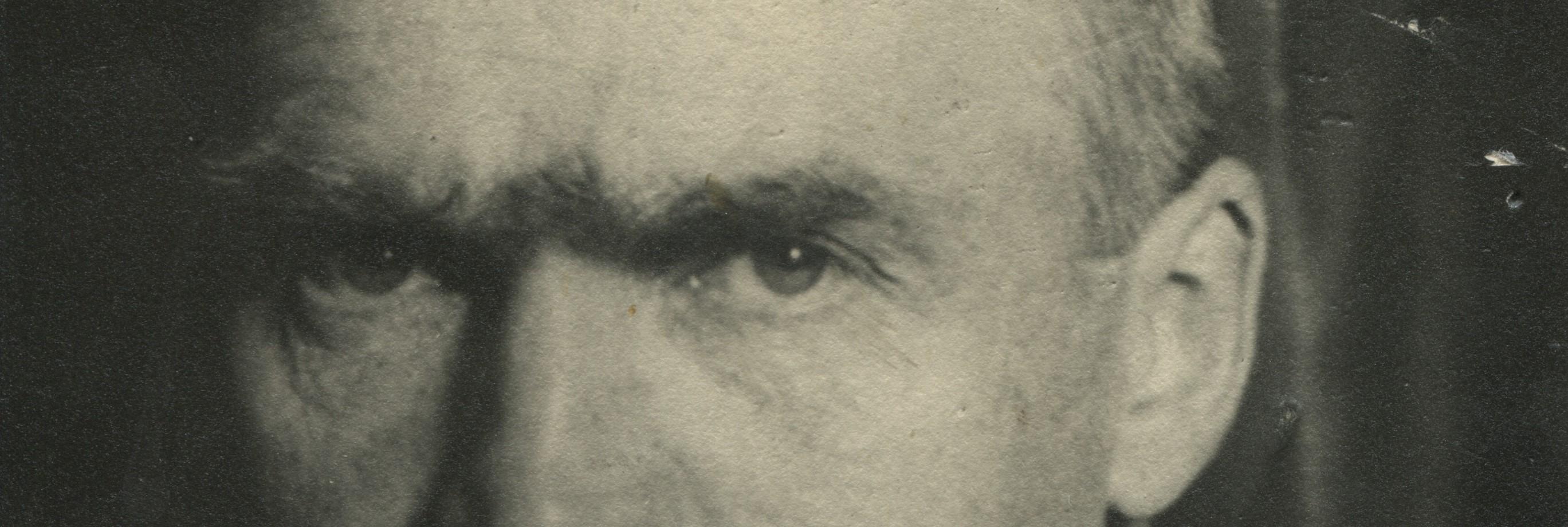 zbliżenie na oczy Józefa Piłsudskiego