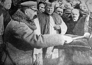 Józef Piłsudski odbierający buławę marszałkowską