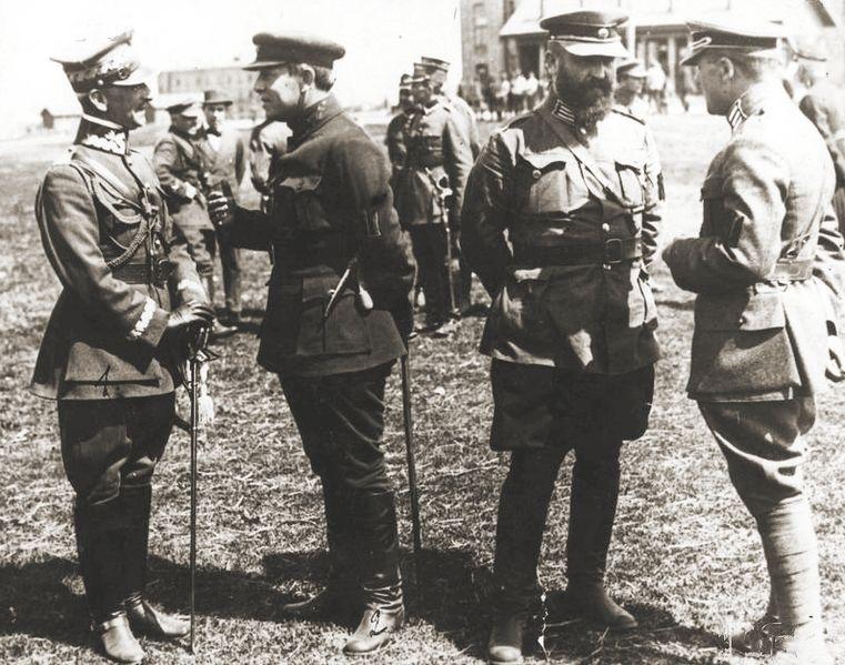 Od lewej: gen. Antoni Listowski, Symon Petlura, płk. Wołodymyr Salśkyj, płk. Marko Bezruczko, oficerowie ukraińscy i polscy – wyprawa kijowska, kwiecień 1920 roku