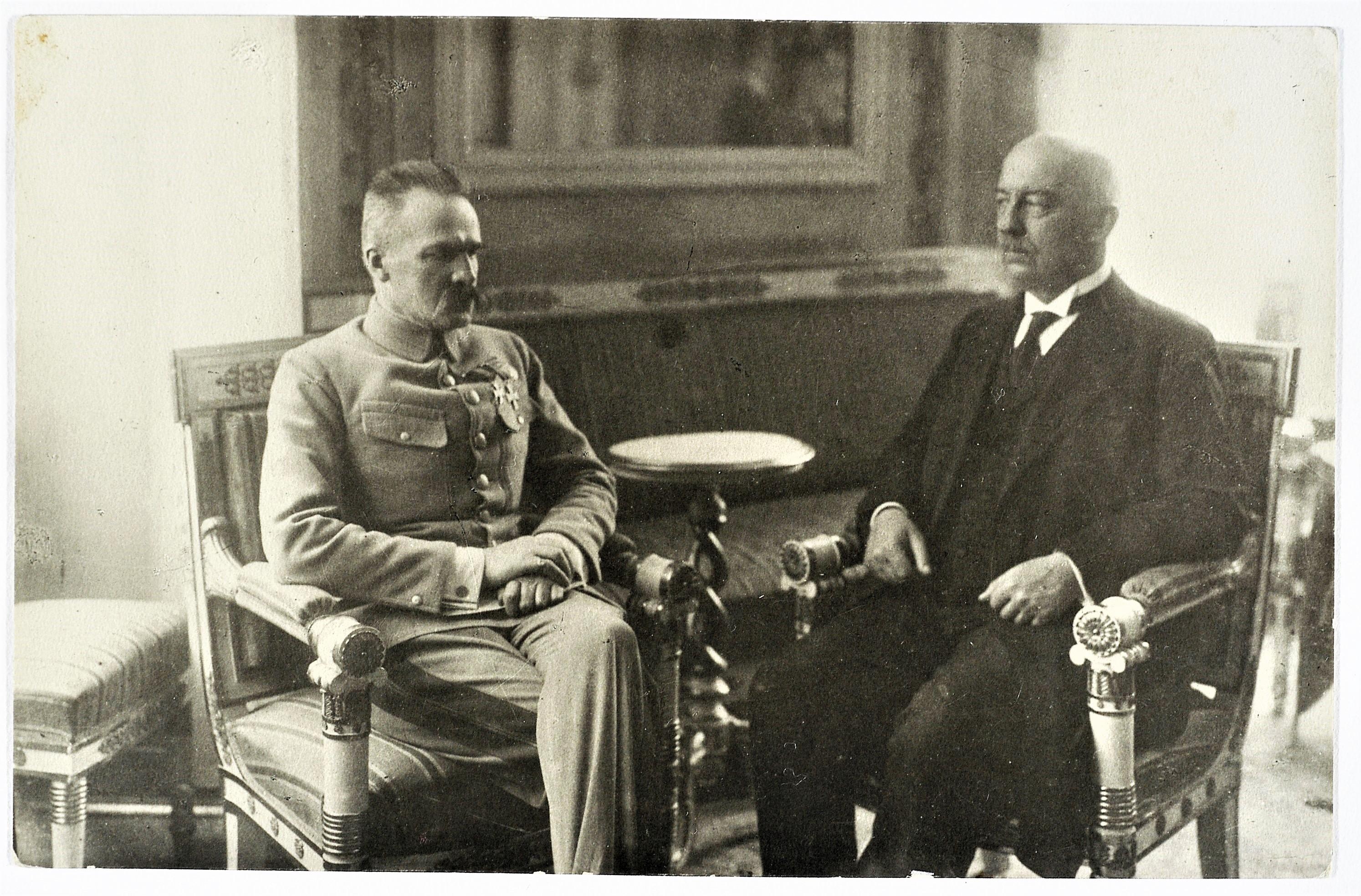 Józef Piłsudski i Gabriel Narutowicz w trakcie rozmowy