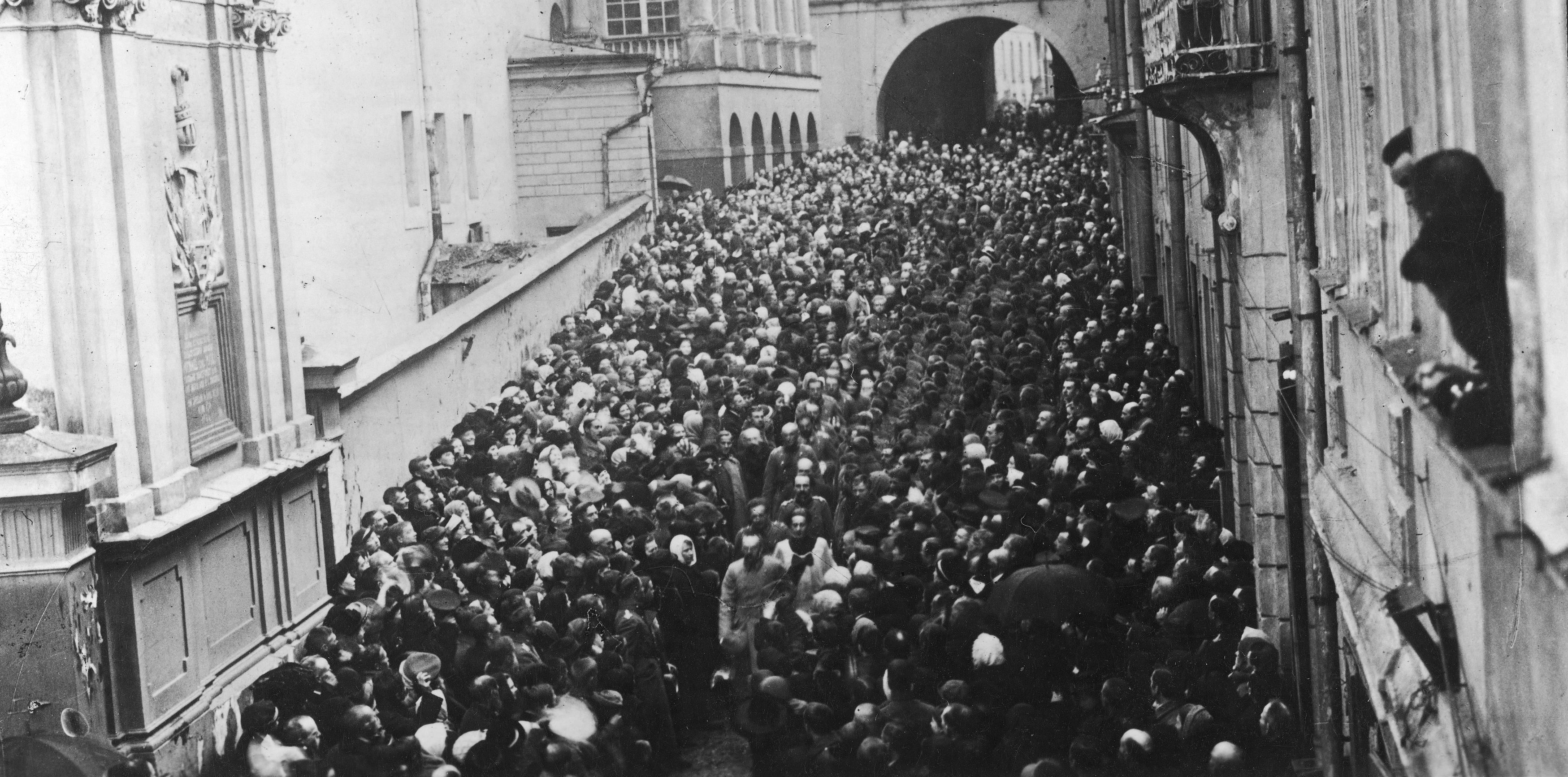 Piłsudski, wracający z nabożeństwa pod Ostrą Bramą, w szpalerze wilnian.