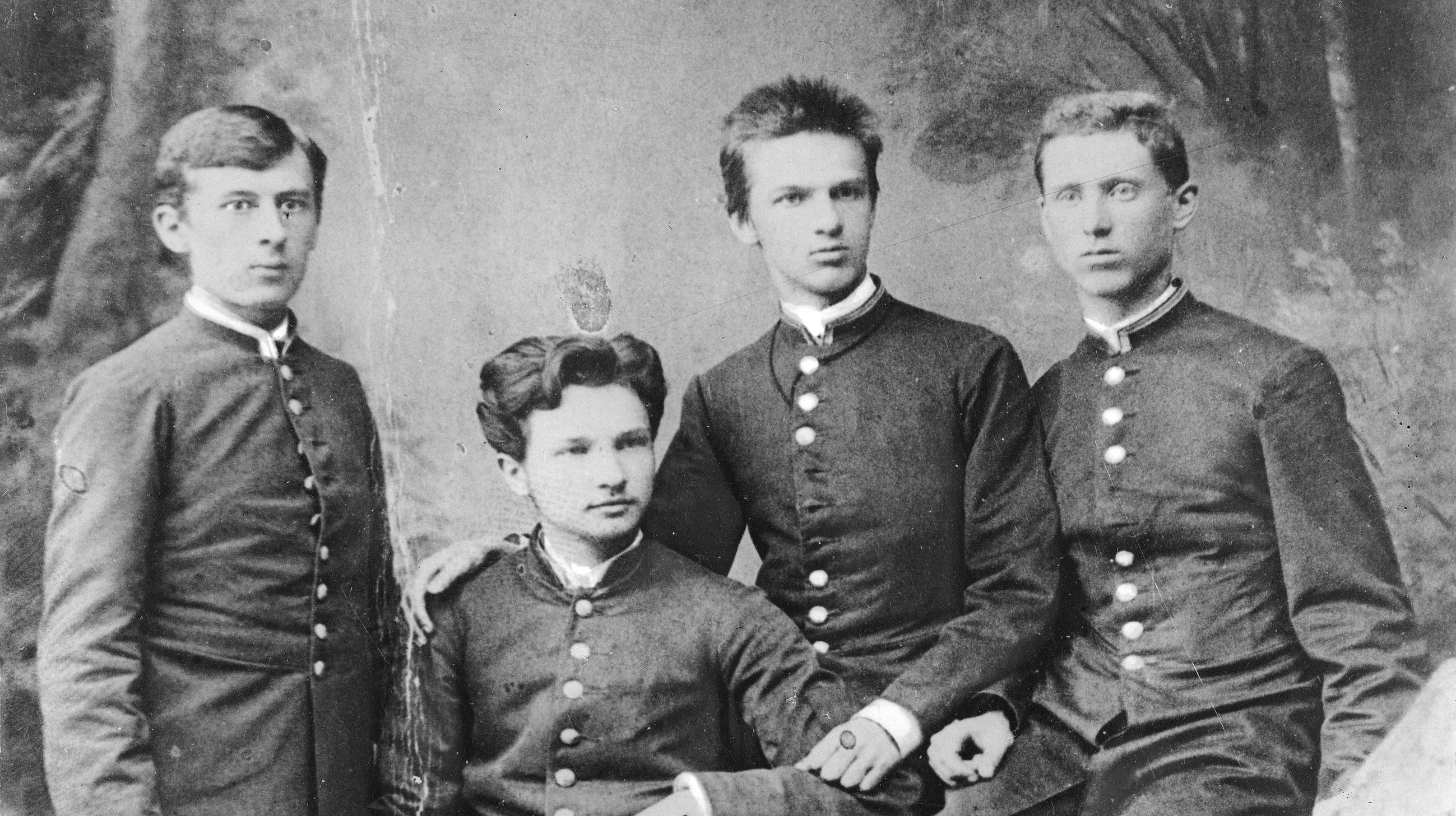 Józef Piłsudski z gimnazjalnymi kolegami w mundurkach szkolnych