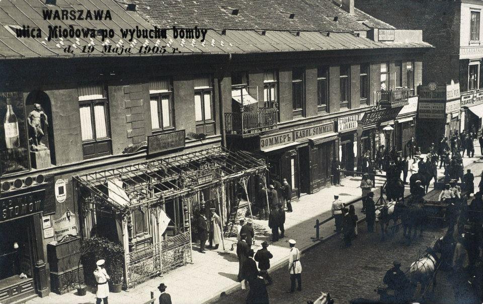 Ulica Miodowa 6 w Warszawie 19 maja 1905 r., tuż po wybuchu bomby rzuconej przez Tadeusza Dzierzbickiego bojowca PPS.