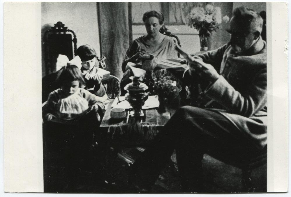 rodzina Piłsudskich przy stole, Józef czyta gazetę