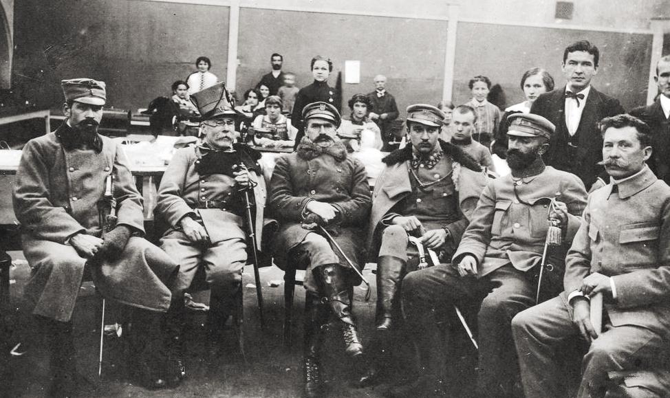 Wacław Sieroszewski (drugi z lewej), Józef Piłsudski i oficerowie legionowi. Zakopane, grudzień 1914 rok. Źródło: Narodowe Archiwum Cyfrowe.