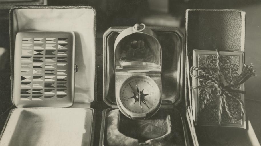 Przedwojenna fotografia ukazująca prezenty imieninowe Marszałka: prezent od kawalerii - złota papierośnicę z proporczykami wszystkich pułków jazdy, kompas i inne.