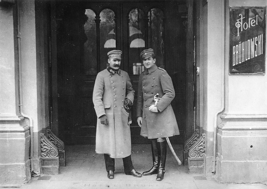 Józef Piłsudski i Bolesław Wieniawa-Długoszowski w bramie hotelu Brühla (15 grudnia 1916 r.)