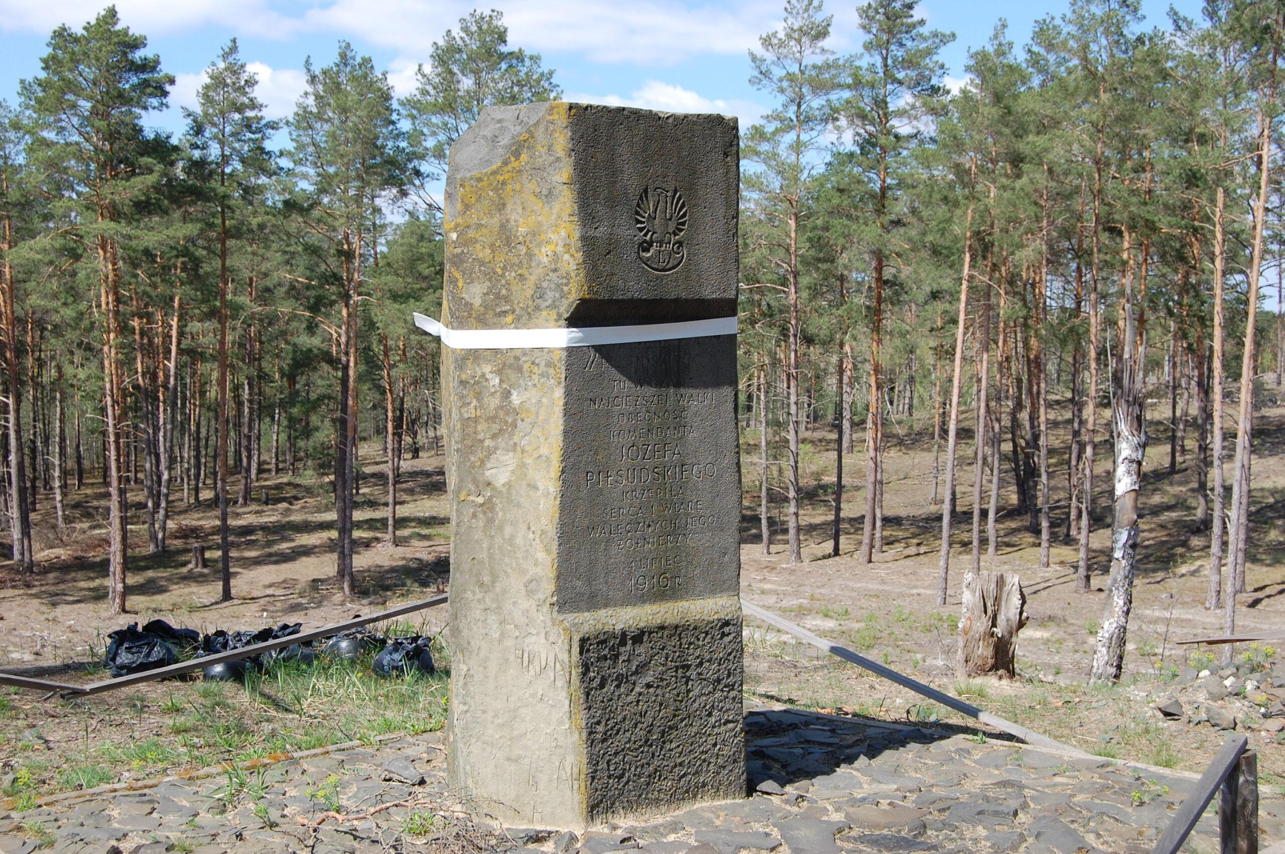 Słup Pamięci na Reducie Piłsudskiego w Kostiuchnówce, zdjęcie współczesne.