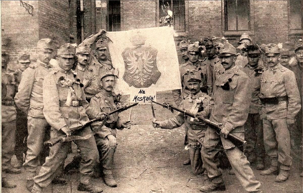 """żołnierze 13 Pułku """"Krakowskich dzieci"""" przed wyruszeniem na front. Fotografia z """"Nowości Illustrowanych""""."""