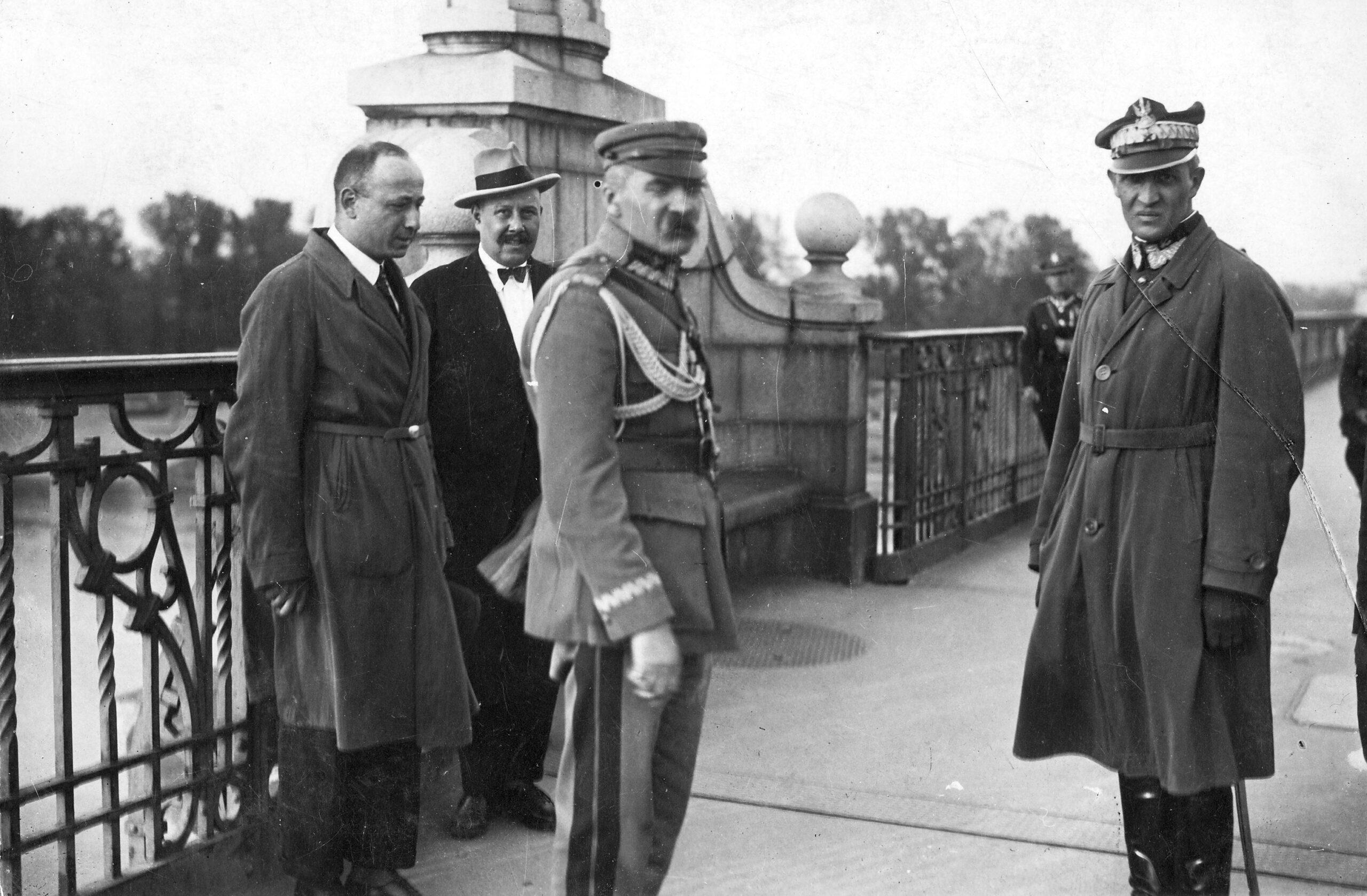 Marszałek Józef Piłsudski (środek) i generał Gustaw Orlicz-Dreszer (po prawej) na Moście Poniatowskiego w Warszawie, przed rozmową z prezydentem Stanisławem Wojciechowskim, podczas Przewrotu Majowego 12 maja 1926 r.